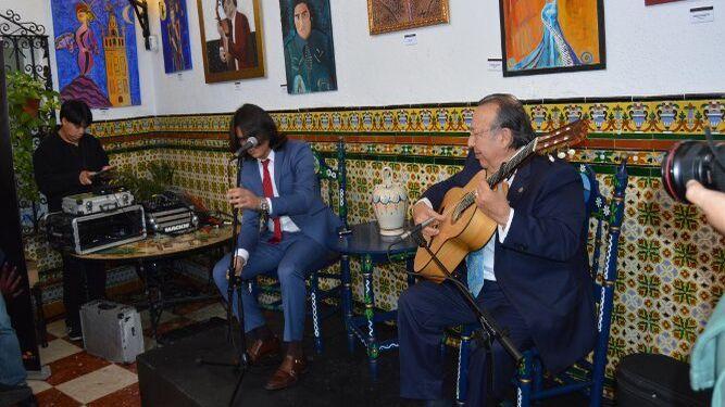 El cantante Samuel Serrano y el guitarrista Paco Cepero, durante la actuación.