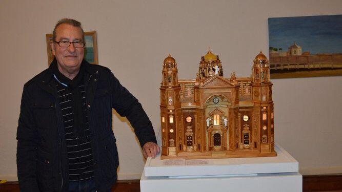 El maquetista José Fernández Jurado, ante una de sus obras, la Catedral de Cádiz.