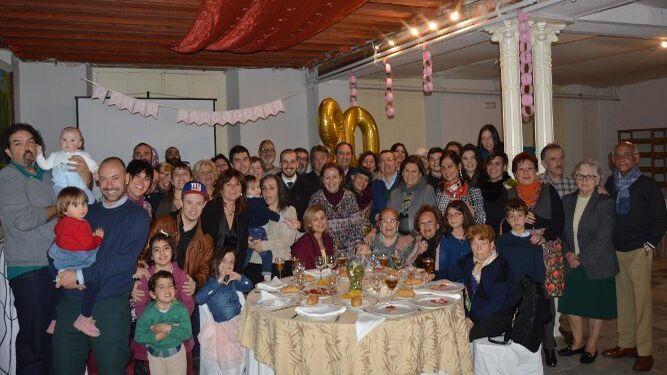 La homenajeada Cora Sánchez Sánchez, durante la celebración de sus noventa cumpleaños en la Casa Arámburu, rodeada de familiares y amigos entre ellos sus hijos Ana María, Charo, Reyes, María José, Carmen, Mar y Pedro Rodríguez-Tenorio Sánchez.
