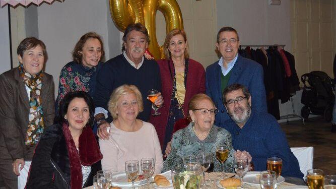 Cora Sánchez con Joaquina Montilla, María del Carmen Aragón, Alfonso y Antonio Sánchez del Pino, Meme y Paco Bujarance y Vicky y Pili Rubio.