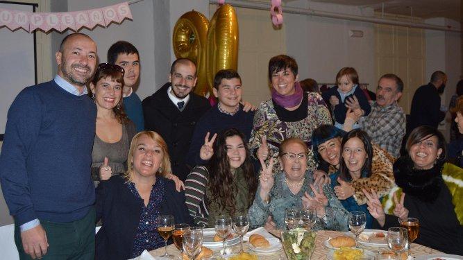 La anfitriona rodeada de todos lo nietos que acudieron al festejo, en la Casa Arámburu.
