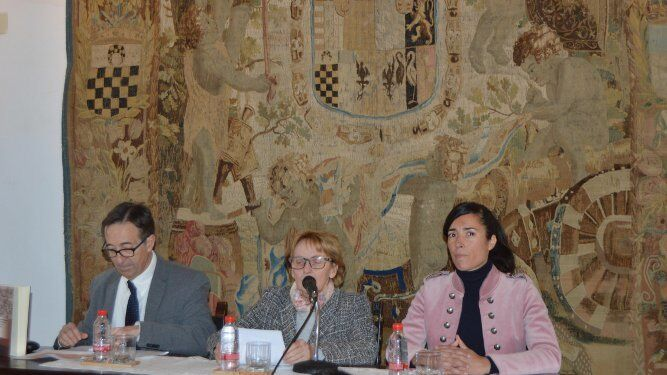 La directora de la Fundación Medina Sidonia Liliane Dahlmann con José Marchena y Lucía Gómez.