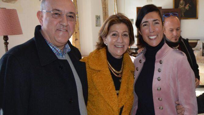 Pepe Gómez Vela, Charo Lacave y la autora del libro Lucía Gómez Fernández.
