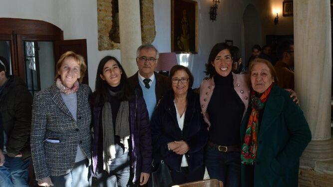 Liliane Dalhmann, Irene y Diego Gómez, Mariam Fernández, Lucia Gómez y Caridad López Ibáñez, tras la presentación del libro.