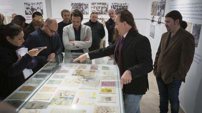 Javier Osuna enseña a los visitantes, entre ellos el alcalde de Cádiz, los libretos de las agrupaciones de Paco Alba.