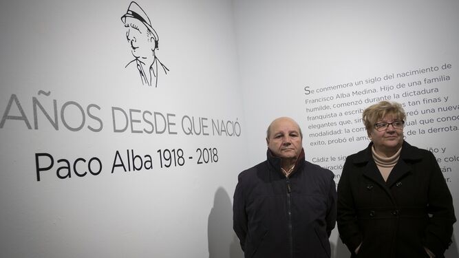 Los hijos de Paco Alba, en la entrada de la exposición dedicada a su padre.