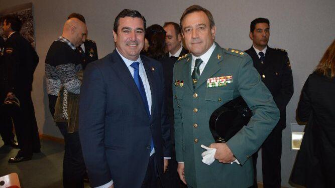 El delegado de la Zona Franca, Alfonso Pozuelo, con el coronel de la Guardia Civil Alfonso Rodríguez Castillo.