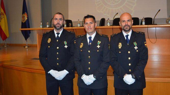 José Ramón Espejo, Jesús Vaca Reyes y Emilio Jesús Medina, tras ser condecorados con la Cruz al mérito Policial con Distintivo Blanco.