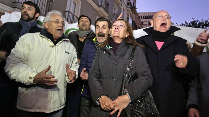 Los Majaras el pasado 4 de diciembre cantando la letra a Caparrós en el cambio de la avenida Ramón de Carranza.