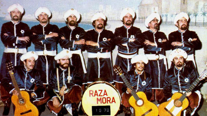 Los once componentes de 'Raza Mora' en la foto de rigor en el Falla antes de cantar.