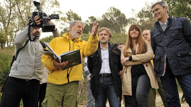 El consejero de Medio Ambiente atendió ayer las explicaciones técnicas durante su visita a El Bosque.