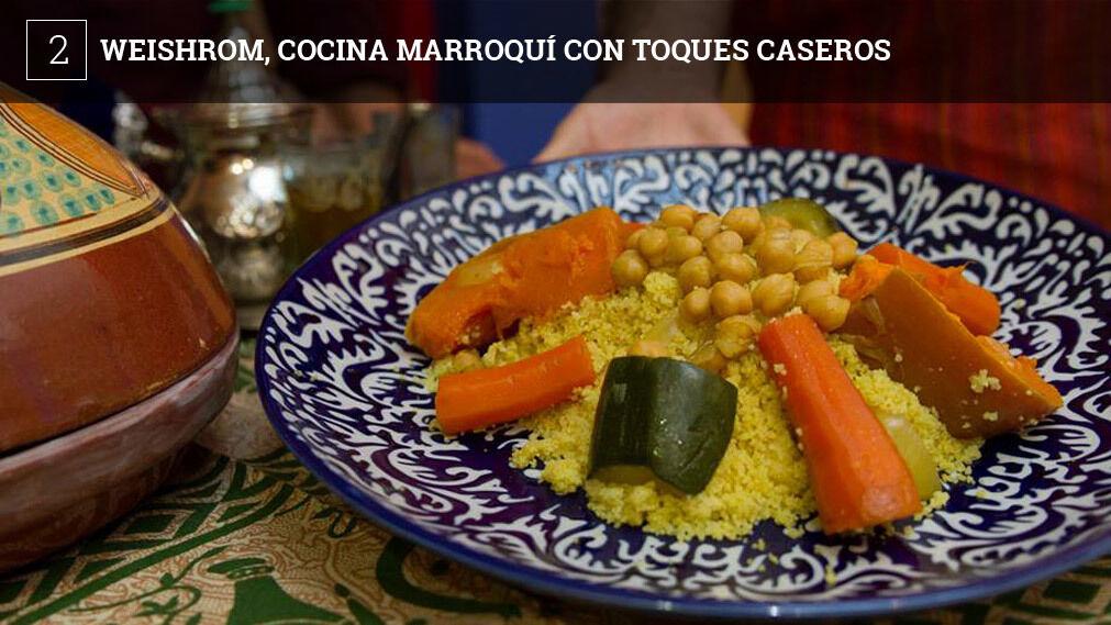 Todos son platos de inspiración marroquí. Hay pastelas, briouats, ensalada taboulé y se pueden encargar tajin. Los precios son muy moderados y el sitio tiene el encanto de estar en el patio de la casa familiar del matrimonio que han transformado en comedor.