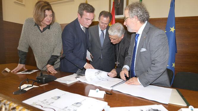 Pepa Vela, Eduardo González Mazo, José María Román y Rafael Zornoza contemplan el proyecto de José María Esteban.