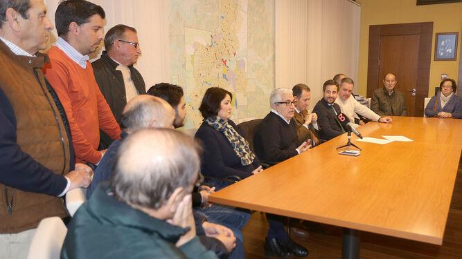 El galardonado, a la derecha de José María Román, ayer con representantes del Carnaval chiclanero amigos y familiares en el despacho de la Alcaldía.