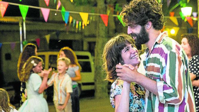 Bruna Cusí y David Verdaguer, en una escena de 'Verano 1993', el aplaudido debut de Carla Simón.