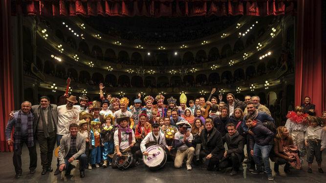 Todos los participantes en el homenaje a Antonio Guerrero Caramé 'El Piojo' posando en el escenario del Gran Teatro Falla.