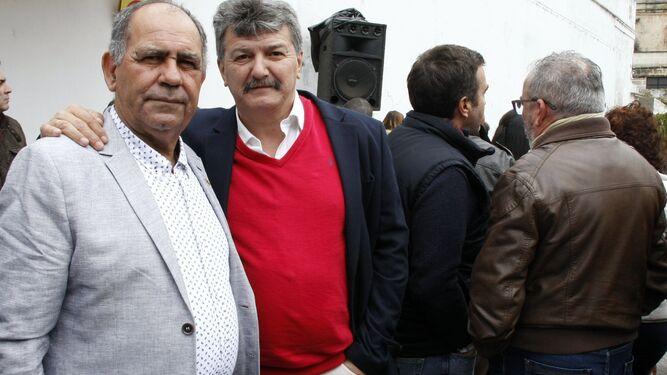 El galardonado José Luis Sara (dcha.) con el presidente de la peña, Manuel Leiva.