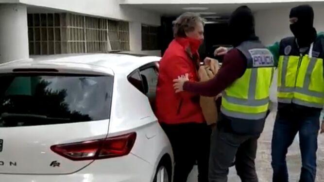 Dos agentes conducen a Sito Miñanco a depenencias policiales.