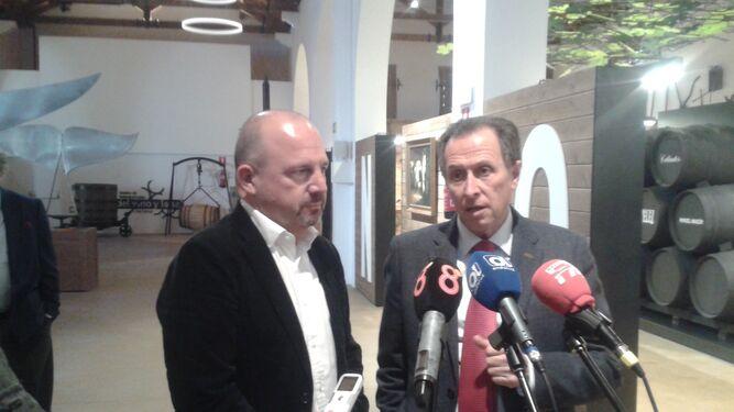 El alcalde con el director del Área de Turismo de Gibraltar, Nicky Guerrero.