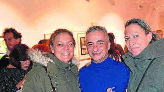 Las hermanas Pilar y Melele de Sobrino con Onofre Conde.