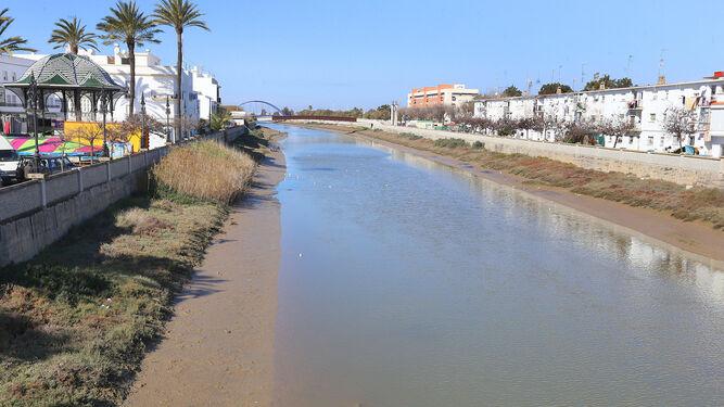 Una vista del río que cruza la localidad con el Puente Azul al fondo de la imagen.