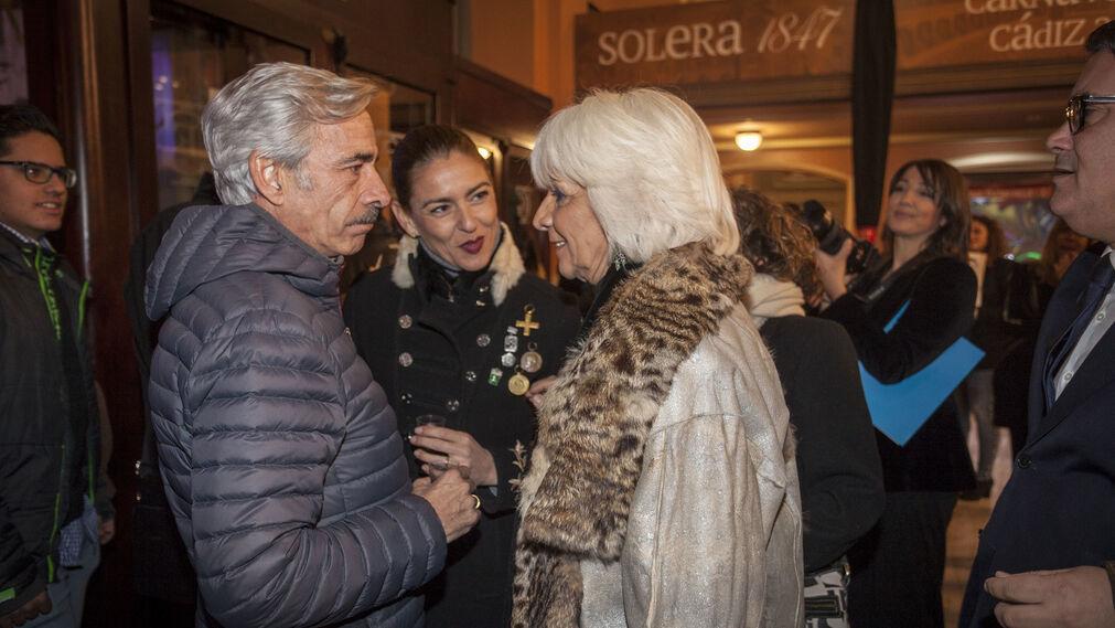 Imanol Arias saluda a Teófila Martínez