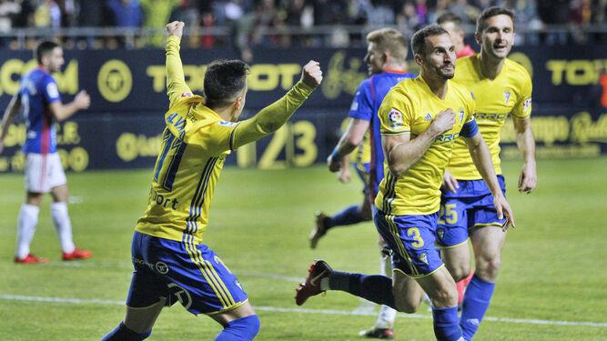 Los jugadores celebran un gol.