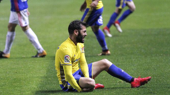Alberto Perea, con dolor en su pierna derecha en el partido contra el Oviedo.