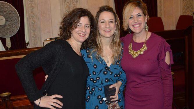 Las pregoneras Alejandra y Ana López Segovia con la presentadora del acto Lola Macías.