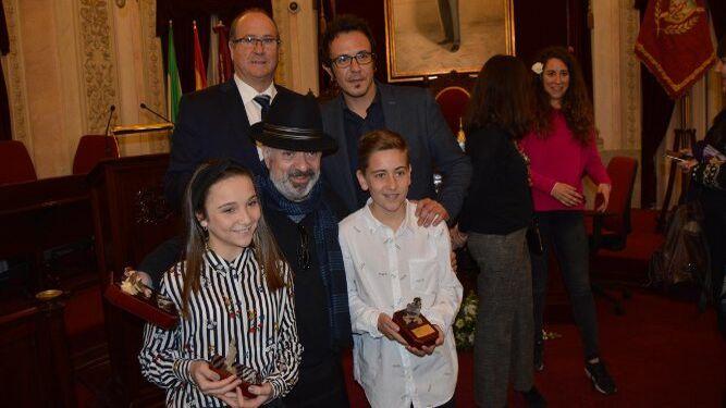 El alcalde José María González con Emilio Aragón, Antonio Martín que encarnará al Dios Momo y los pregoneros infantiles Paula García Rodríguez y Borja Ruiz Concha.