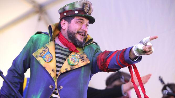 Kike Remolino, disfrazado de capitán lobo de mar, durante su intervención en las instalaciones de la carpa del Anfiteatro de la Alameda del Río.