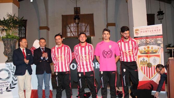David de la Encina (i) y Jesús Manuel Sánchez Amador, posan junto a cuatro jugadores que visten la camiseta conmemorativa.