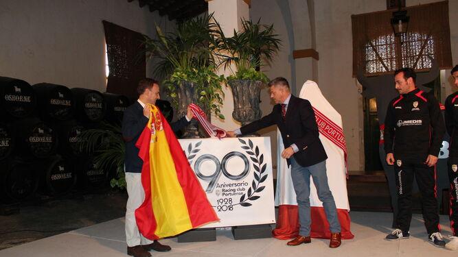 El alcalde y el presidente de la Gestora descubren el logo del aniversario.