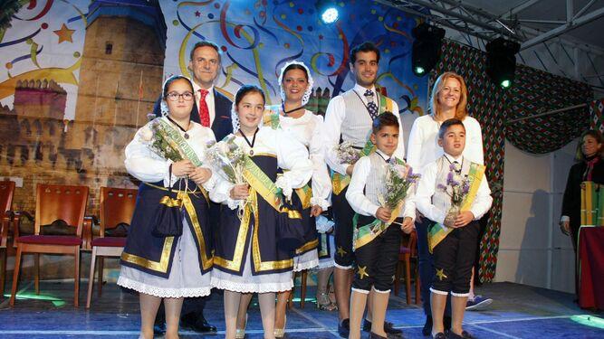Los cuatro finalistas de la categoría infantil, junto a los coquineros mayores de la categoría adulta, el alcalde y la edil Ana Arias.