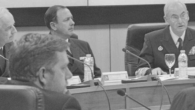 El jefe del Estado Mayor de la Armada, almirante Teodoro López Calderón (dcha.), durante una reunión con su estado mayor en el Cuartel General en Madrid.