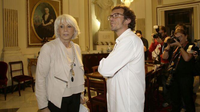 Teófila Martínez y José María González, en el despacho de Alcaldía tras ser elegido alcalde el líder de Podemos.