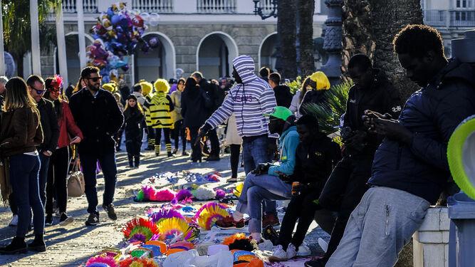 Una hilera de manteros, en plena plaza de San Juan de Dios, el pasado domingo de Carnaval.