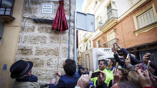 Antonio Martín y el alcalde de Cádiz descubren la placa con el nombre del coplero en la plaza de la Cruz Verde.