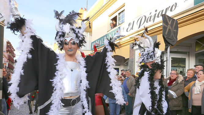 Un grupo de drag-queen durante el desfile carnavaleco.