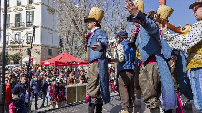 Numerosas agrupaciones participaron en la Berzá de la asociación de vecinos de las Murallas de San Carlos, celebrada en la plaza de España.