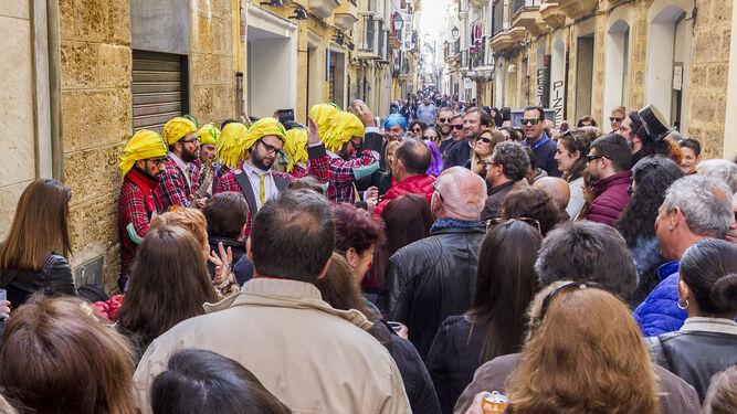 Una agrupación callejera canta en la calle Rosario ante un buen número de personas.