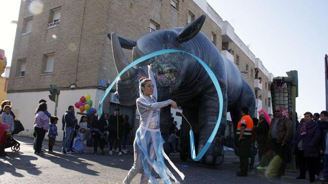 Grandes figuras hinchables de animales y bailarinas acompañaron el animado cortejo de Carnaval.