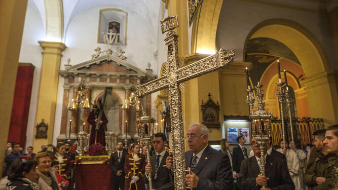 La cruz de guía de la hermandad, al emprender el camino hacia el altar mayor, antes de empezar el rezo del vía crucis.