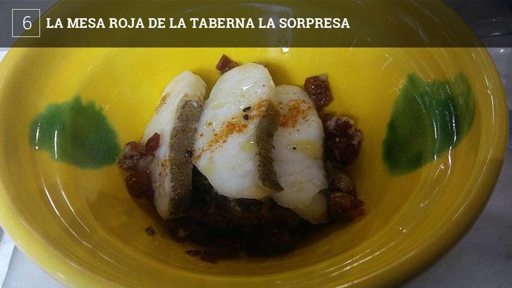 """La taberna La Sorpresa de Cádiz (Calle Arbolí) inaugura su """"mesa roja"""". Se trata de una mesa situada en el comedor y que sólo funcionará con reservas. Cada día tan sólo se puede reservar para un grupo de personas (entre 4 y 8), al mediodía y por la noche y podrán gozar de un menú degustación especialmente preparado para ellos por el cocinero Juan Carlos Borrell."""