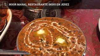 Este restaurante hindú ocupa el mismo lugar del que fuera el primer restaurante chino de la ciudad, Casa Chan. Noor Hamal cuenta con un comedor con mesas bajas, en verano dispondrá de terraza, y ofrece platos de la gastronomía del norte de India.