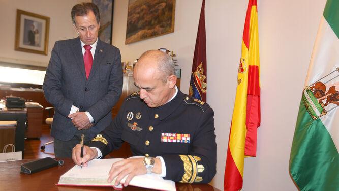 El general Rafael Roldán firma en el Libro de Oro de la ciudad.