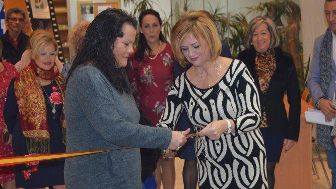 La presidenta de la Asociación Cultural de la Mantilla Gaditana Concha Gutiérrez, con Mercedes Montes, cortando la cinta de inauguración.