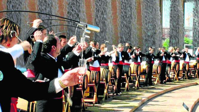 Imagen de la concentración de 61 venenciadores en Sevilla en 2005 con la que la empresa de Rubiales estableció el récord Guinness, siendo la única de Jerez que ostenta este certificado.