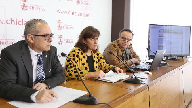 Joaquín Páez, Ana González y Arturo Bermúdez, ayer en la sala de prensa del Ayuntamiento.