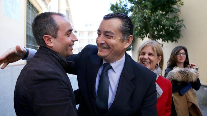 Sanz felicita ayer al candidato a su llegada a un acto en la Compañía de María.
